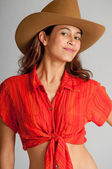 Pretty brunette with happy smile and cowboy hat — Stock Photo
