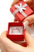 Anello oro diamanti in una scatola rossa — Foto Stock