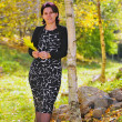 Business women In park surrounded by autumn leaves - Foto Stock
