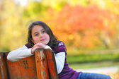 女の子がベンチに敷設 — ストック写真