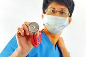 Läkare withs stetoskop på en vit — Stockfoto