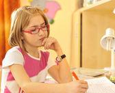 Jeune fille à faire leurs devoirs — Photo