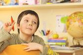 Niño aprendiendo en el hogar — Foto de Stock