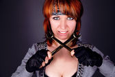 Femme jeune en colère avec deux clé — Photo