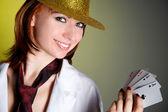 カードと帽子の若い女性 — ストック写真