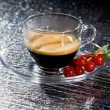 Espresso cofee with currants on black glass table - Foto de Stock  