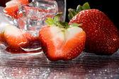 Strawberries on ice - Cocktail Dessert — Stock Photo