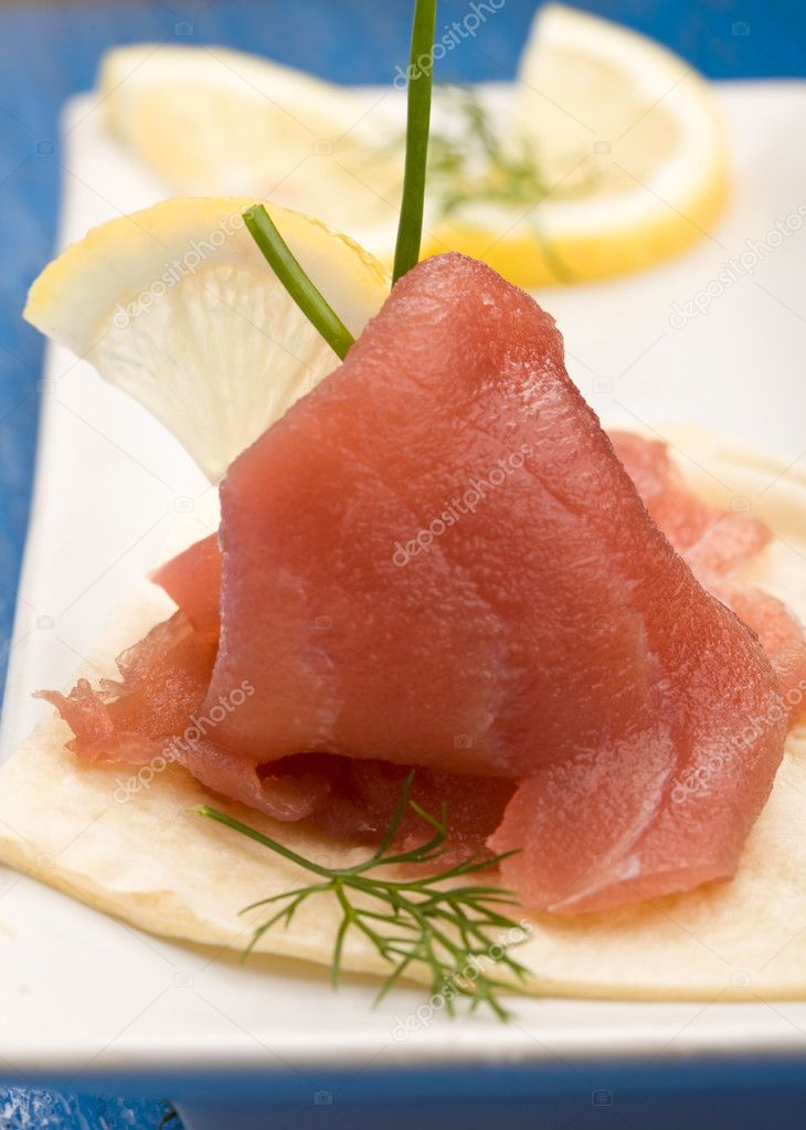 Photo of delicious tuna sleces on flat bread with lemon and fennel — Stock Photo #5017524