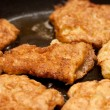 Chicken chops on griddle — Stockfoto