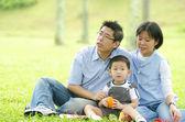 Азиатская семья — Стоковое фото