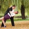 jeune couple danse en plein air — Photo