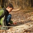 Boy playing in the forest — Stock fotografie