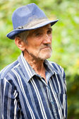 усталый старый человек на открытом воздухе — Стоковое фото