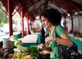 Woman shopping at farmers market — Stock Photo