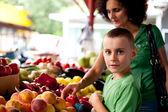 Winkelen bij de boerenmarkt — Stockfoto