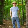 giovane agricoltore con cappello outdoor — Foto Stock