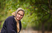 Expressive old woman outdoor — Stock Photo