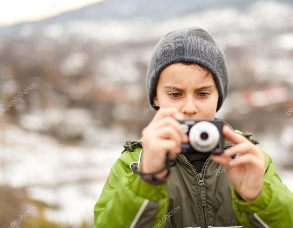 Peque o ni o tomando fotos al aire libre foto de stock - Foto nino pequeno ...