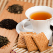 Cup of tea and dried tea leaves - Stockfoto
