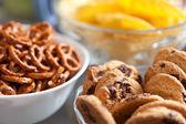 Cookies et bretzels dans des bols, peu profond dof — Photo