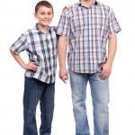 Baba ve oğul üzerinde beyaz izole — Stok fotoğraf