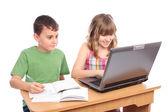 Crianças em idade escolar trabalhando juntos, conceito educacional — Foto Stock