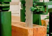 Grande serra cortando uma madeira — Fotografia Stock