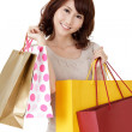 ショッピング女性の笑みを浮かべてください。 — ストック写真