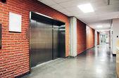 一个大型的钢门电梯 — 图库照片