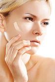 Cosmetologia e estética. mulher, aplicando, rosto pele fundação — Foto Stock