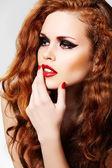 Model piękna kobieta luksus makijaż i kręcone włosy czerwony — Zdjęcie stockowe
