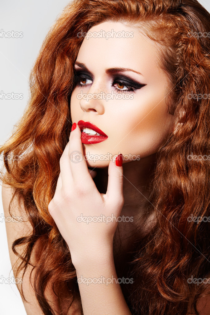 Beautiful woman model with luxury make-up and curly red hair. — Stock fotografie #4106360