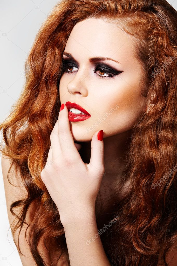 Beautiful woman model with luxury make-up and curly red hair. — Lizenzfreies Foto #4106360