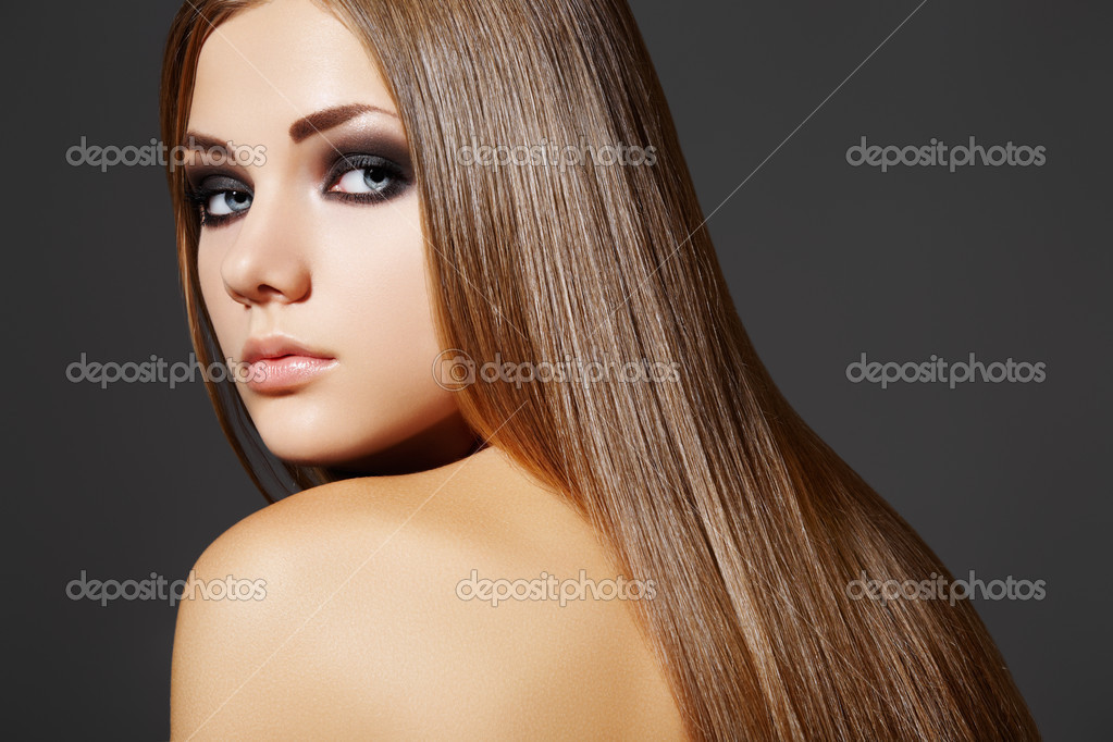 Wellness. Portrait of woman model with shiny long brown hair. — Foto Stock #4106413
