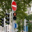 Sign prohibits travel and traffic lights — Stock Photo