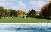 Park fountains, green fields — 图库照片