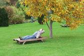 Een man, liggend op een ligstoel — Stockfoto