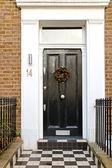 черная дверь — Стоковое фото