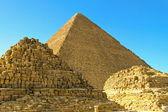 Graven en piramide — Stockfoto