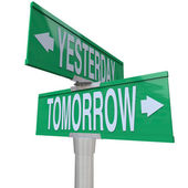 昨天和明天-双向路牌 — 图库照片