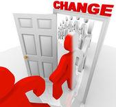 Franchissant la porte du changement — Photo