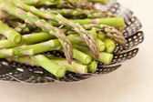 Green asparagus in steamer basket — Stockfoto
