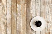 Koffiekopje op grunge tafel — Stockfoto