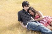 Genç teen çift sarı çimlere uzanmış — Stok fotoğraf