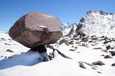 Enorme blocco di pietra come fungo nella neve sulle montagne del Caucaso — Foto Stock