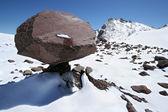 Escalador de montañas contra pico elbrus, glaciares — Foto de Stock
