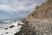 Costa del mar de espuma, piedras, guijarros y rocas. crimea. — Foto de Stock