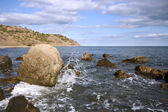 Sea coast with boulders and stones against the sky — Stock Photo
