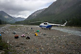Helikopter, apparatuur op rivier kust. expedition.siberia.russia. — Stockfoto
