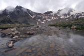 Lago di montagna, water.stones,haze,rocks.caucasus trasparente. — Foto Stock